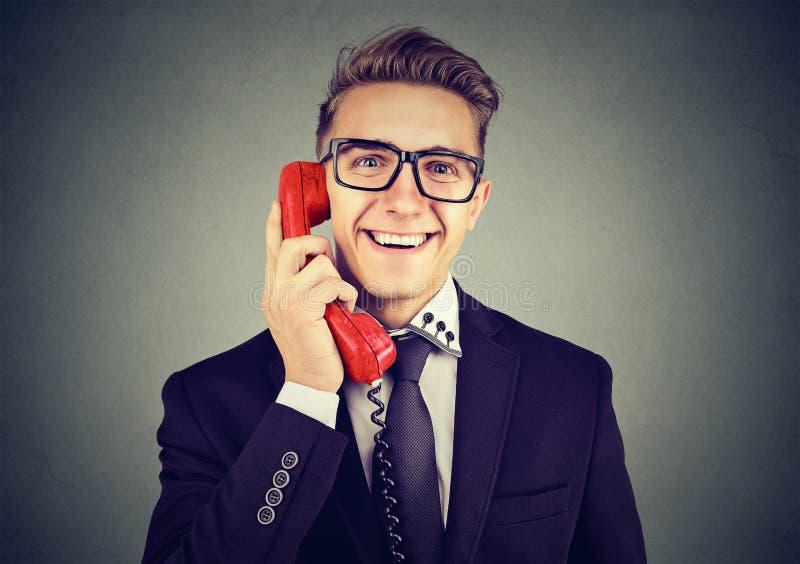Ικανοποιημένο έξυπνο άτομο που μιλά στο τηλέφωνο στοκ εικόνες
