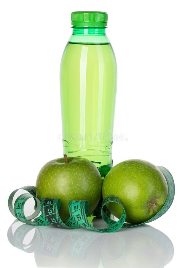 Ικανότητα, έννοια απώλειας βάρους με τα πράσινα μήλα, μπουκάλι του πόσιμου νερού και μέτρο ταινιών που απομονώνεται στο λευκό στοκ εικόνες με δικαίωμα ελεύθερης χρήσης