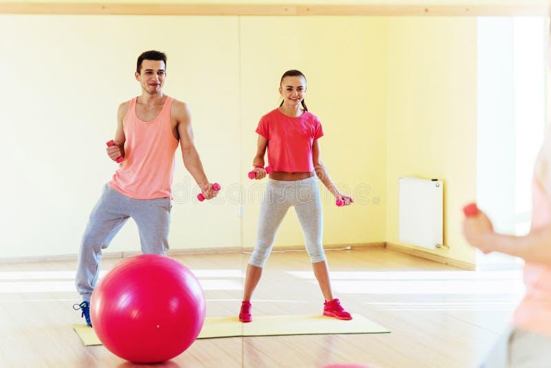 Ικανότητα, αθλητισμός, έννοια κατάρτισης, γυμναστικής και τρόπου ζωής - smilin δύο στοκ φωτογραφία