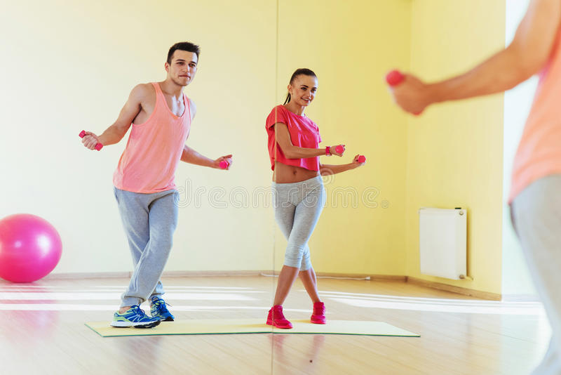 Ικανότητα, αθλητισμός, έννοια κατάρτισης, γυμναστικής και τρόπου ζωής - smilin δύο στοκ εικόνες