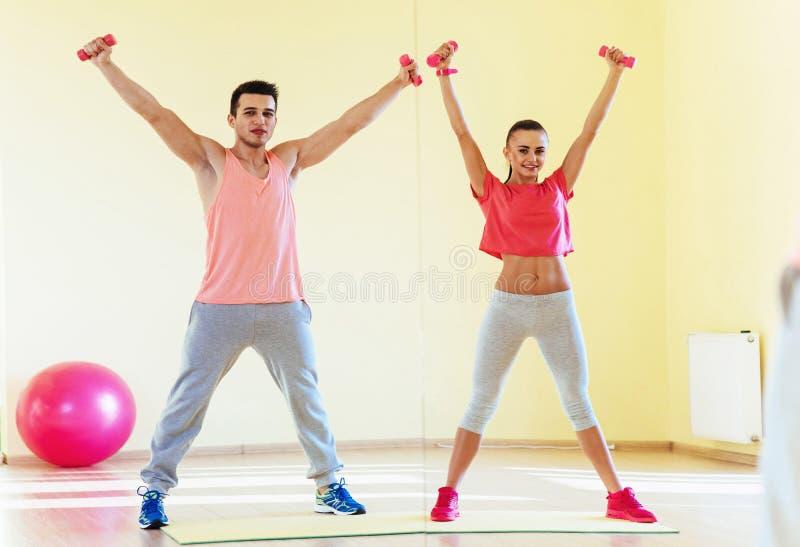 Ικανότητα, αθλητισμός, έννοια κατάρτισης, γυμναστικής και τρόπου ζωής - smilin δύο στοκ φωτογραφία με δικαίωμα ελεύθερης χρήσης