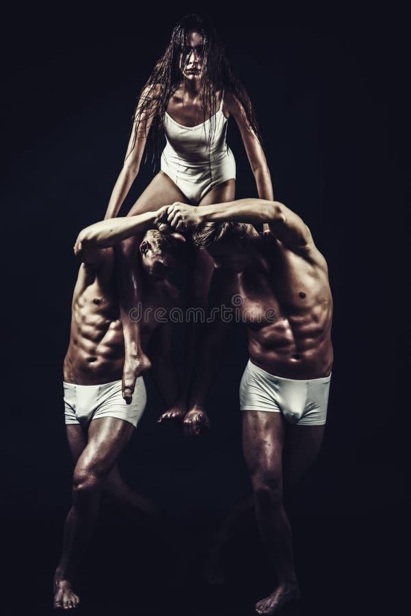 Ικανότητα και να κάνει δίαιτα Ευελιξία στο acrobatics Γυμναστικές σχολείο και ενέργεια Τα άτομα διδύμων με το μυϊκά σώμα και το κ στοκ φωτογραφίες