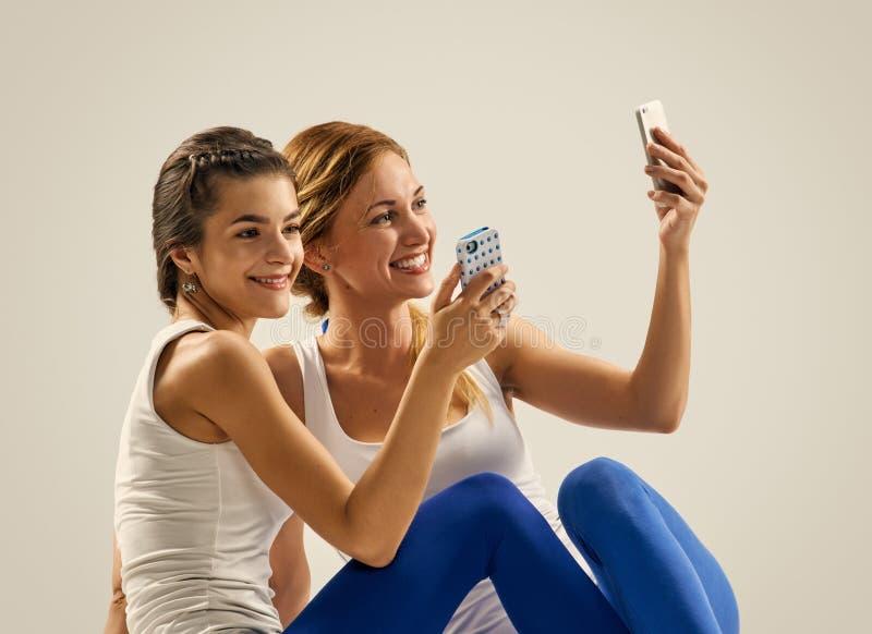 Ικανότητα selfie Γιόγκα ανά το ζευγάρι στοκ φωτογραφία με δικαίωμα ελεύθερης χρήσης