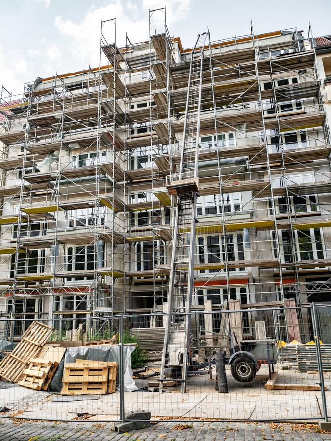 Ικρίωμα που περιβάλλει τη νέα κατασκευή ολοκλήρωσης οικοδόμησης στοκ φωτογραφία