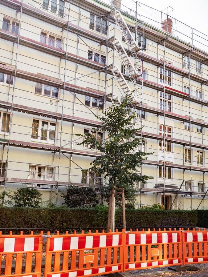 Ικρίωμα που περιβάλλει το παλαιό κτήριο κατά τη διάρκεια στοκ εικόνα με δικαίωμα ελεύθερης χρήσης