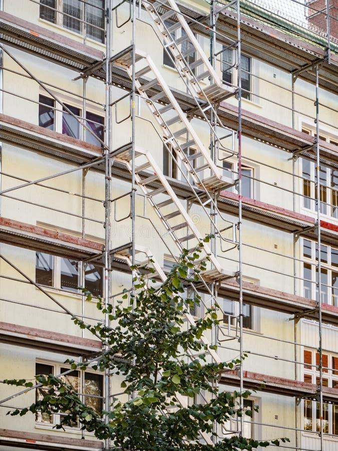 Ικρίωμα που περιβάλλει το παλαιό κτήριο κατά τη διάρκεια στοκ εικόνες με δικαίωμα ελεύθερης χρήσης