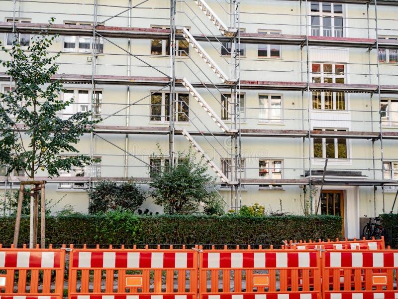 Ικρίωμα που περιβάλλει το παλαιό κτήριο κατά τη διάρκεια στοκ φωτογραφία με δικαίωμα ελεύθερης χρήσης