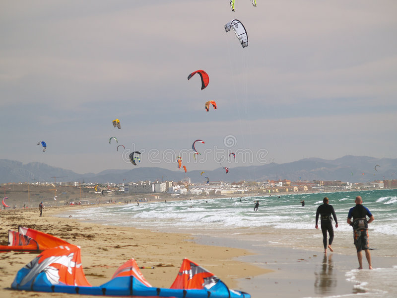 ικτίνος νότια Ισπανία που κάνει σερφ tarifa στοκ εικόνες