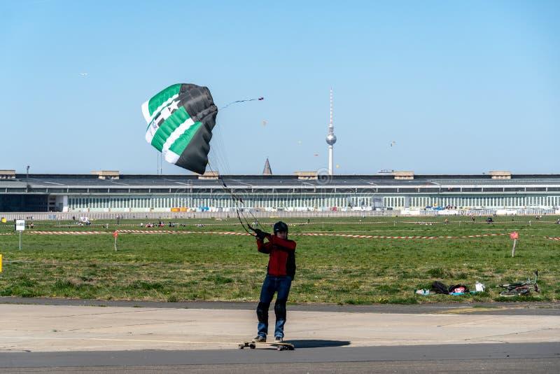 Ικτίνος landboarder στο δημόσιο πάρκο τομέων του Βερολίνου Tempelhof στοκ φωτογραφία με δικαίωμα ελεύθερης χρήσης