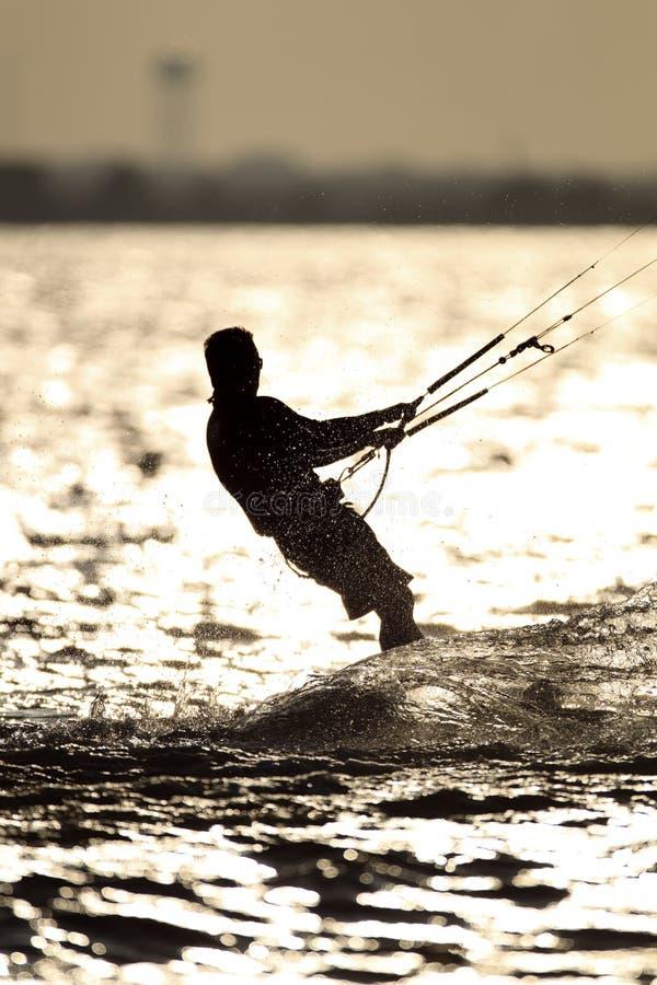 Ικτίνος Surfer λυκόφατος στη λίμνη στοκ εικόνες