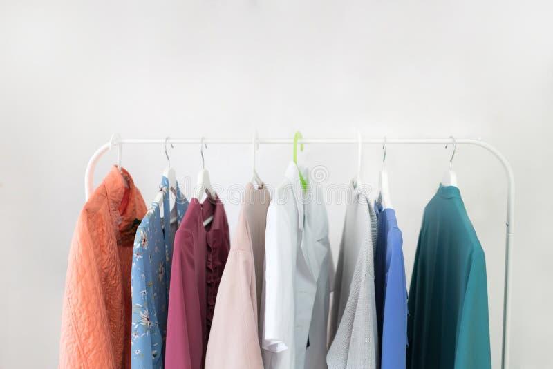 Ιματισμός μόδας στις κρεμάστρες στην αίθουσα εκθέσεως η τρισδιάστατη επιχείρηση απομόνωσε το μικρό λευκό στοκ φωτογραφία με δικαίωμα ελεύθερης χρήσης
