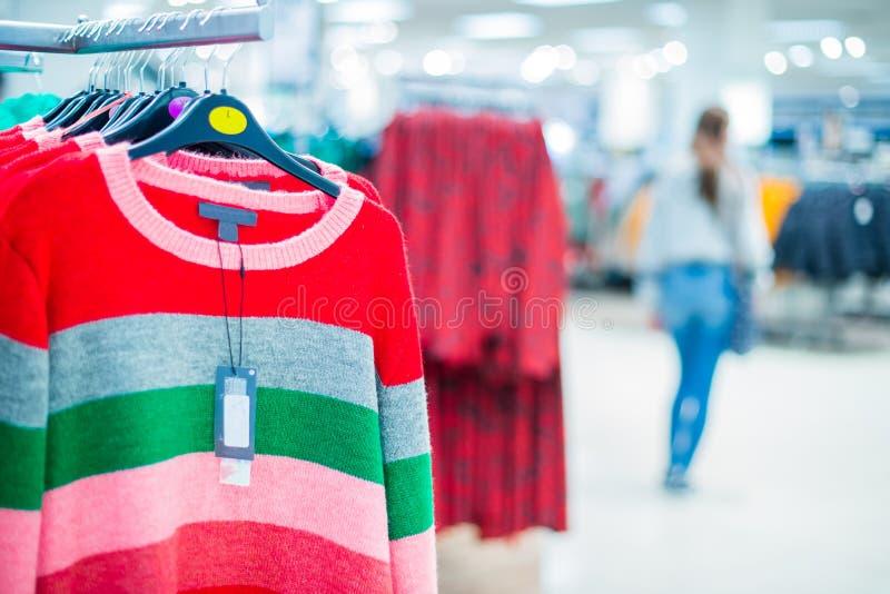 Ιματισμός στην κρεμάστρα στο σύγχρονο κατάστημα, μαζική αγορά Κάνετε το σύνολο εξαρτήσεων Λεωφόρος αγορών Αγοραστής πωλήσεις αγορ στοκ φωτογραφίες με δικαίωμα ελεύθερης χρήσης