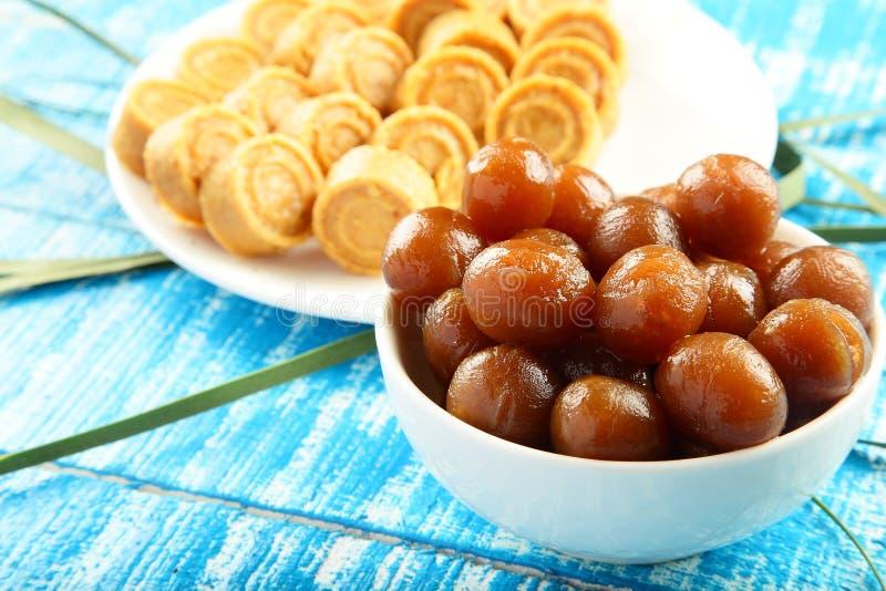 Ινδικά γλυκά καρύδων τροφίμων Diwali γλυκά Vegan με το gulab jamun στοκ φωτογραφία