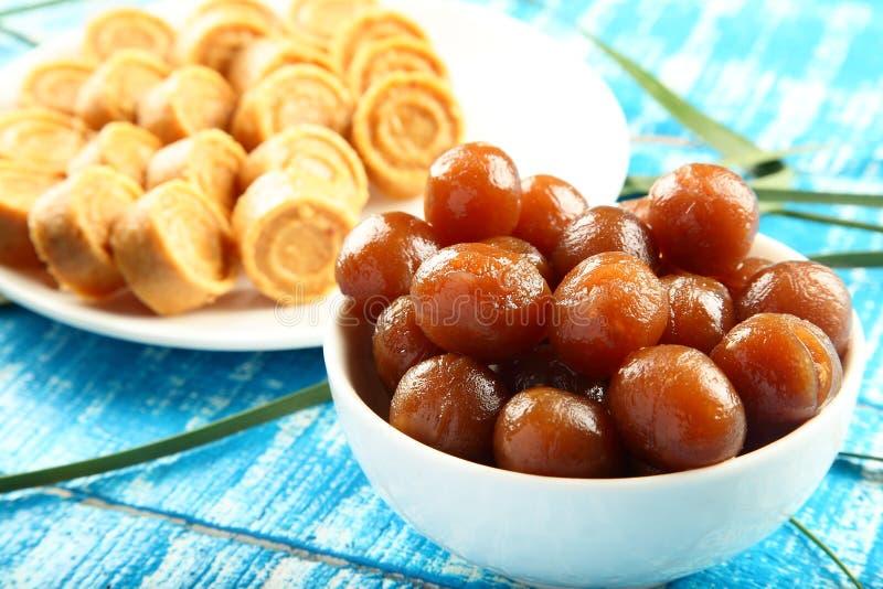 Ινδικά γλυκά καρύδων τροφίμων Diwali γλυκά Vegan με το gulab jamun στοκ φωτογραφία με δικαίωμα ελεύθερης χρήσης