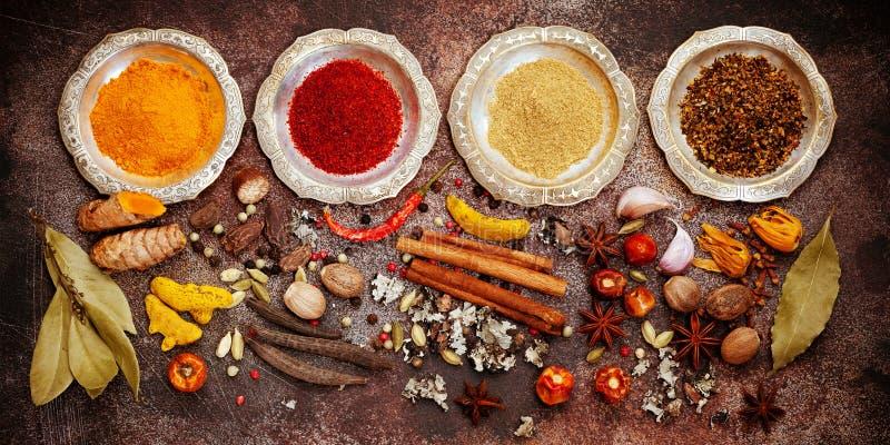 Ινδικά καρυκεύματα, πικάντικος και καρυκεύματα στα κύπελλα στοκ φωτογραφία με δικαίωμα ελεύθερης χρήσης