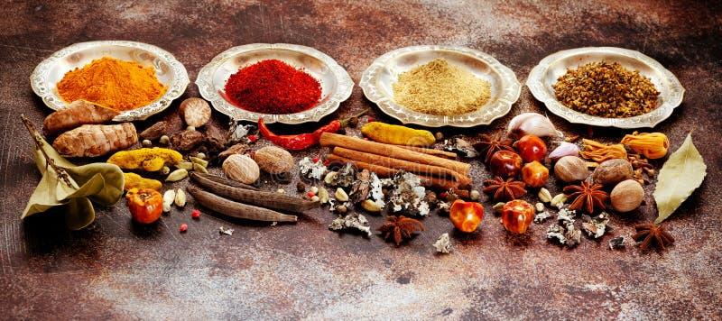 Ινδικά καρυκεύματα, πικάντικος και καρυκεύματα στα κύπελλα στοκ φωτογραφίες με δικαίωμα ελεύθερης χρήσης