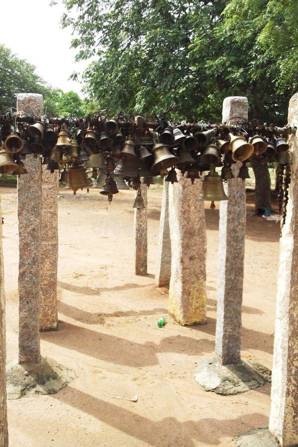 Ινδικά παραδοσιακά κρεμώντας κουδούνια μεθόδου μπροστά από το Θεό για τον όρκο nerthikadan στοκ εικόνες με δικαίωμα ελεύθερης χρήσης