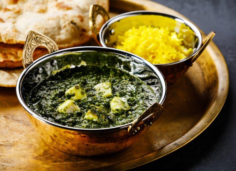 Ινδικά τρόφιμα Paneer Palak με το τυρί και το σπανάκι, ψωμί Naan και Basmati ρύζι με το σαφράνι στοκ εικόνες με δικαίωμα ελεύθερης χρήσης