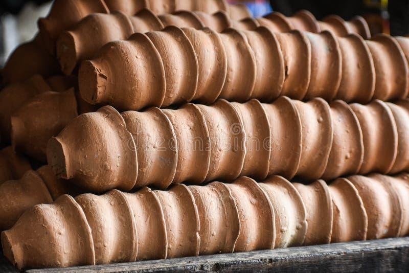 Ινδικά φυσικά χωμάτινα κύπελλα τσαγιού αργίλου που τακτοποιούνται στις σειρές στοκ εικόνες με δικαίωμα ελεύθερης χρήσης