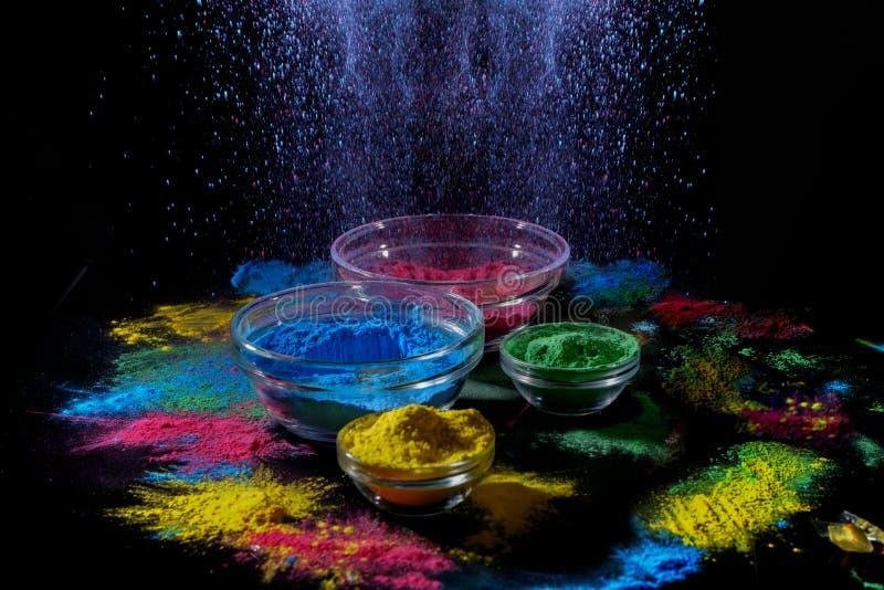 Ινδικά χρώματα φεστιβάλ Holi Διάφορα κύπελλα με τη σκόνη χρωμάτων Holi Έκρηξη του μπλε χρώματος στοκ φωτογραφίες με δικαίωμα ελεύθερης χρήσης