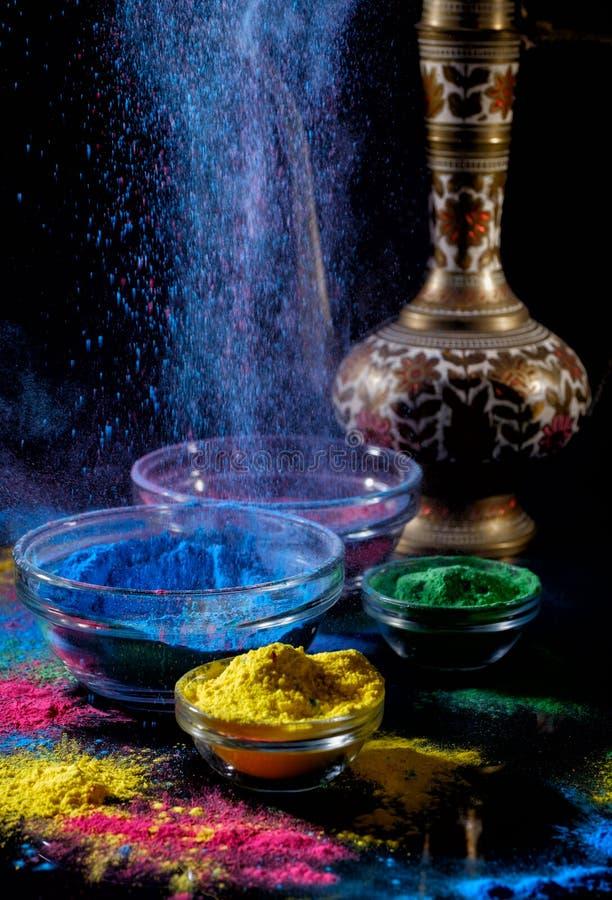 Ινδικά χρώματα φεστιβάλ Holi Διάφορα κύπελλα με τη σκόνη χρωμάτων Holi Έκρηξη του μπλε χρώματος Ινδική χειλική κανάτα στοκ εικόνα