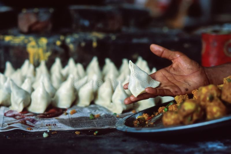 Ινδικά samosas στη χαρακτηριστική τριγωνική μορφή τους, που γεμίζουν παραδοσιακά με τα λαχανικά και τα καρυκεύματα, βόρεια Ινδία στοκ φωτογραφία με δικαίωμα ελεύθερης χρήσης