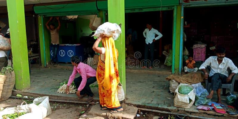Ινδικές γυναίκες που μεταφέρουν τα λαχανικά από μόνο στοκ φωτογραφία