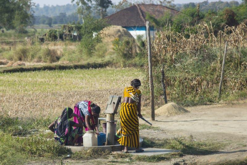Ινδική ζωή: Αντλώντας νερό στο φρεάτιο στοκ φωτογραφία