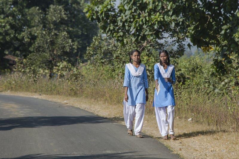 Ινδική ζωή: Ζευγάρι των σχολικών κοριτσιών σε ομοιόμορφο στοκ εικόνες με δικαίωμα ελεύθερης χρήσης