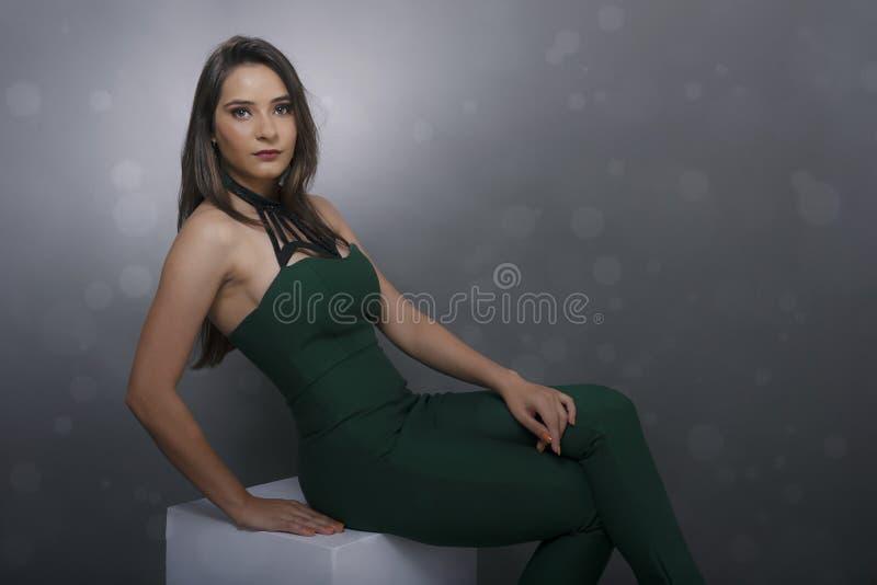 Ινδική νέα κυρία στο πράσινο κοστούμι άλματος στοκ εικόνα με δικαίωμα ελεύθερης χρήσης