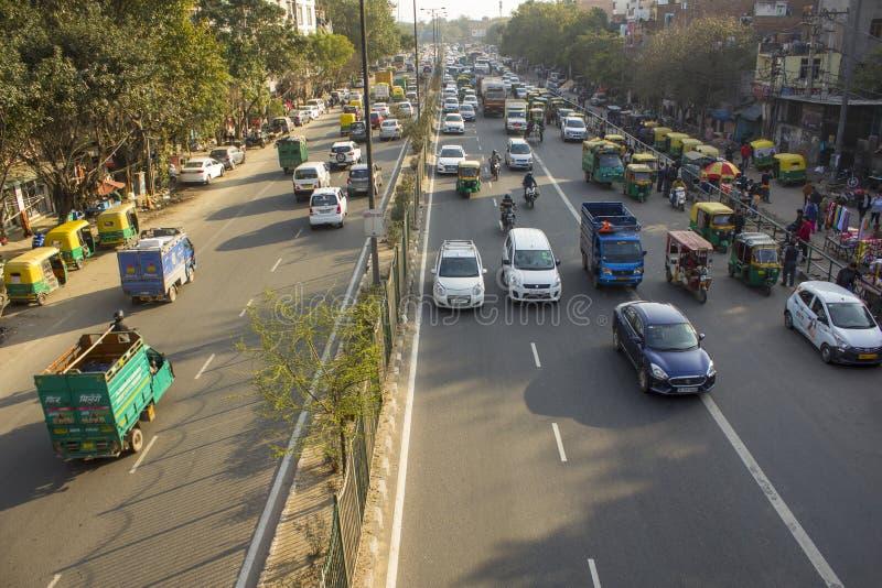 Ινδική οδική κυκλοφορία και σταθμευμένα taxis μοτοσικλετών στις οδούς της πόλης ποικίλη αστική μεταφορά, στοκ φωτογραφία με δικαίωμα ελεύθερης χρήσης