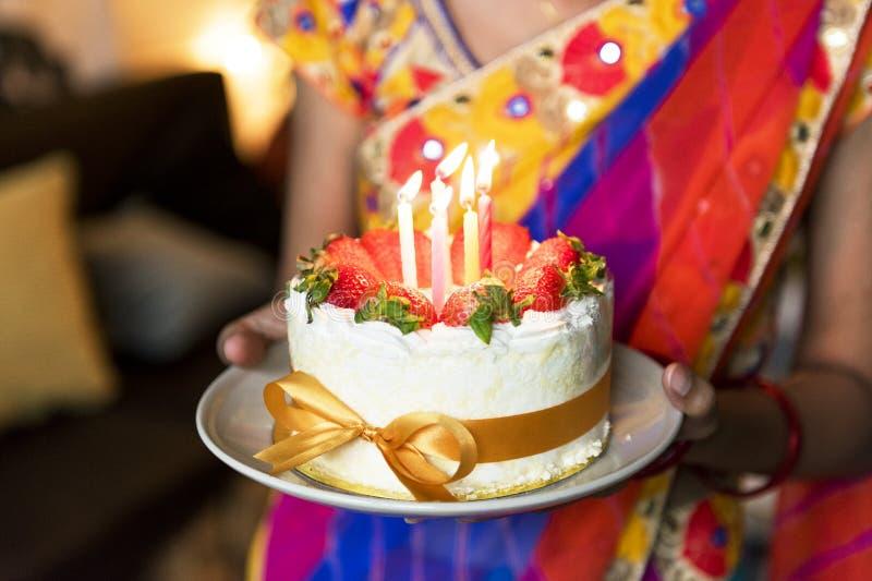 Ινδική οικογένεια που γιορτάζει μια γιορτή γενεθλίων στοκ φωτογραφία με δικαίωμα ελεύθερης χρήσης