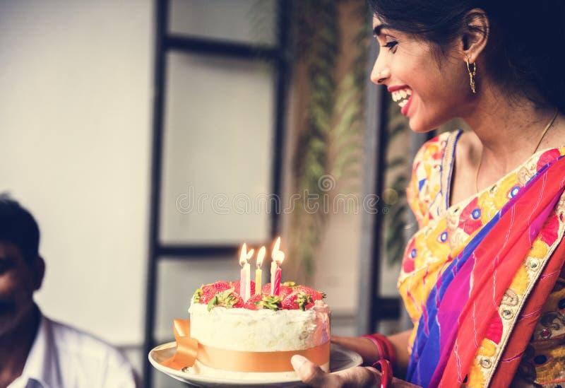 Ινδική οικογένεια που γιορτάζει μια γιορτή γενεθλίων στοκ εικόνες