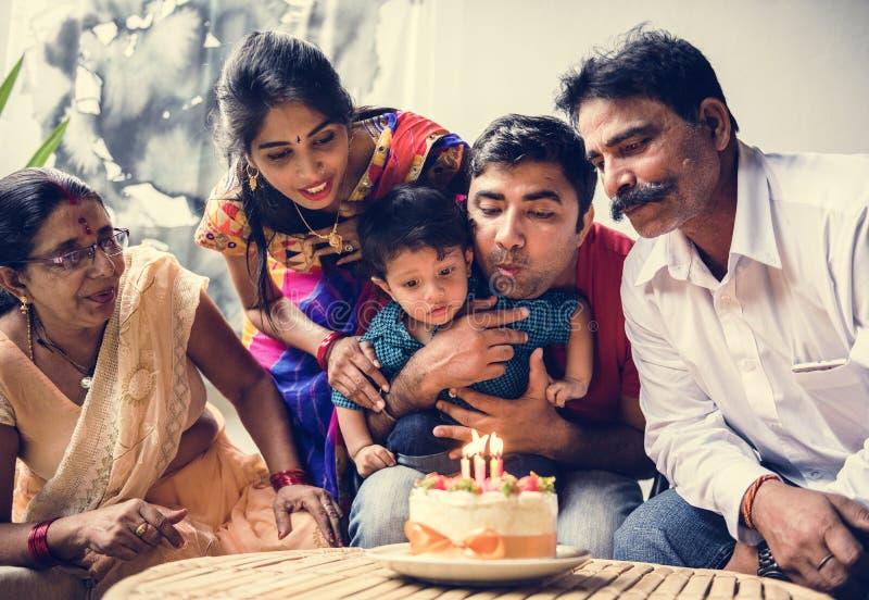 Ινδική οικογένεια που γιορτάζει μια γιορτή γενεθλίων στοκ φωτογραφίες με δικαίωμα ελεύθερης χρήσης