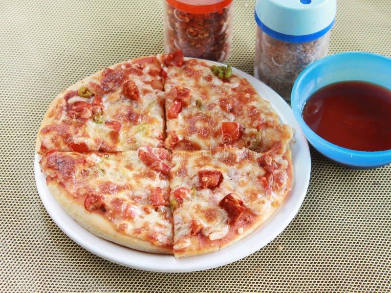 Ινδική πικάντικη πίτσα κοτόπουλου με τις ψυχρές νιφάδες στοκ φωτογραφίες με δικαίωμα ελεύθερης χρήσης