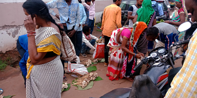 Ινδικοί του χωριού λαοί που αγοράζουν το μανιτάρι στην οδό στοκ εικόνες