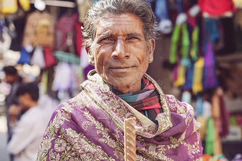 Ινδικός αρσενικός πωλητής στην αγορά πόλεων Udaipur στοκ φωτογραφία