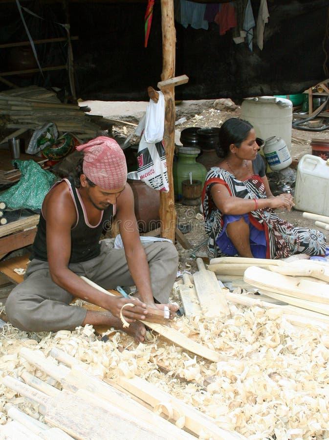 Ινδικός ξυλουργός που κατασκευάζει τα ρόπαλα γρύλων στοκ εικόνες με δικαίωμα ελεύθερης χρήσης