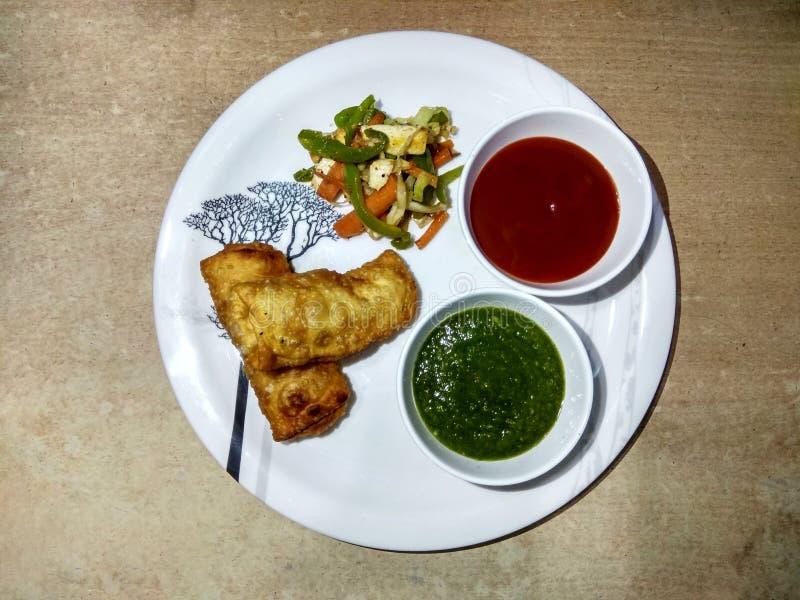 Ινδικός ρόλος πρόχειρων φαγητών paneer με το πράσινο & κόκκινο souce και την τηγανισμένη σαλάτα στοκ φωτογραφία με δικαίωμα ελεύθερης χρήσης