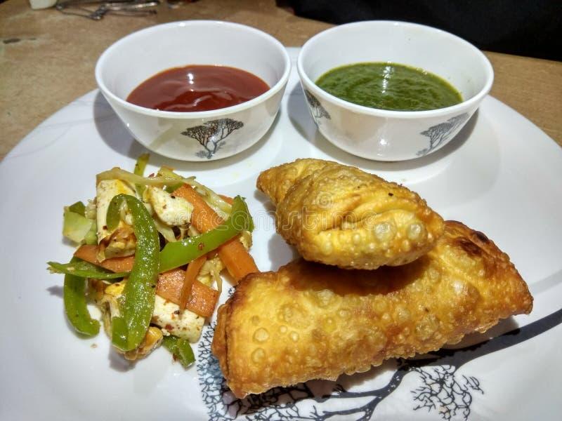 Ινδικός ρόλος πρόχειρων φαγητών paneer με το πράσινο & κόκκινο souce και την τηγανισμένη σαλάτα στοκ εικόνα