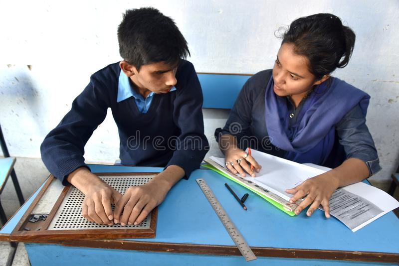Ινδικός τυφλός σπουδαστής που δίνει την εξέταση στοκ εικόνα