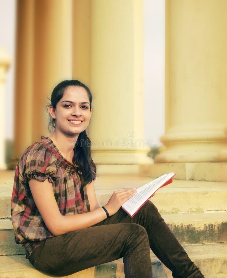 Ινδικός φοιτητής πανεπιστημίου στοκ εικόνα με δικαίωμα ελεύθερης χρήσης