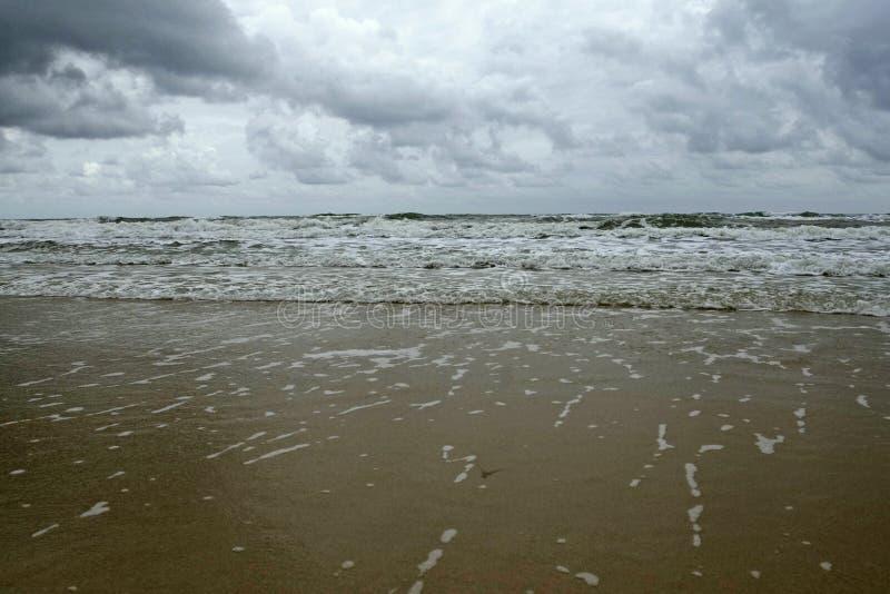 Ινδικός Ωκεανός at low tide πριν από τη βροχή στοκ εικόνες