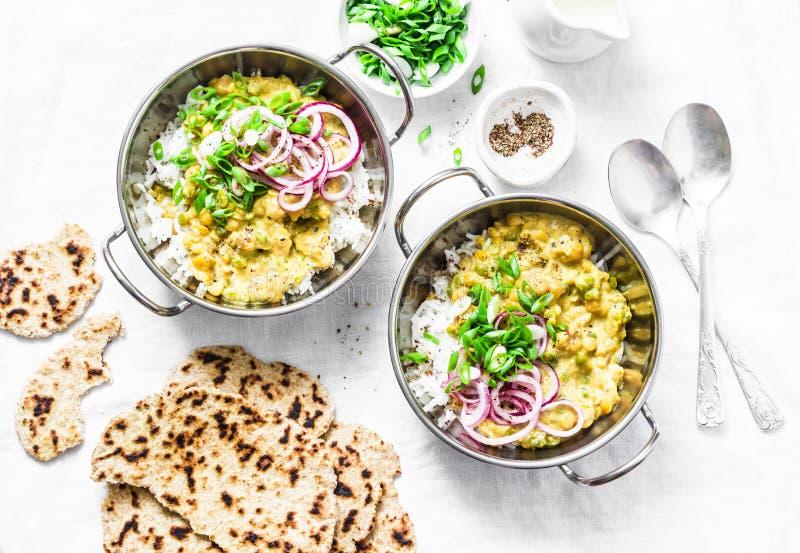 Ινδικός dhal με jasmine το ρύζι, το μαριναρισμένο κόκκινο κρεμμύδι, το scallion και ολόκληρο το σιτάρι flatbread στο ελαφρύ υπόβα στοκ φωτογραφία με δικαίωμα ελεύθερης χρήσης