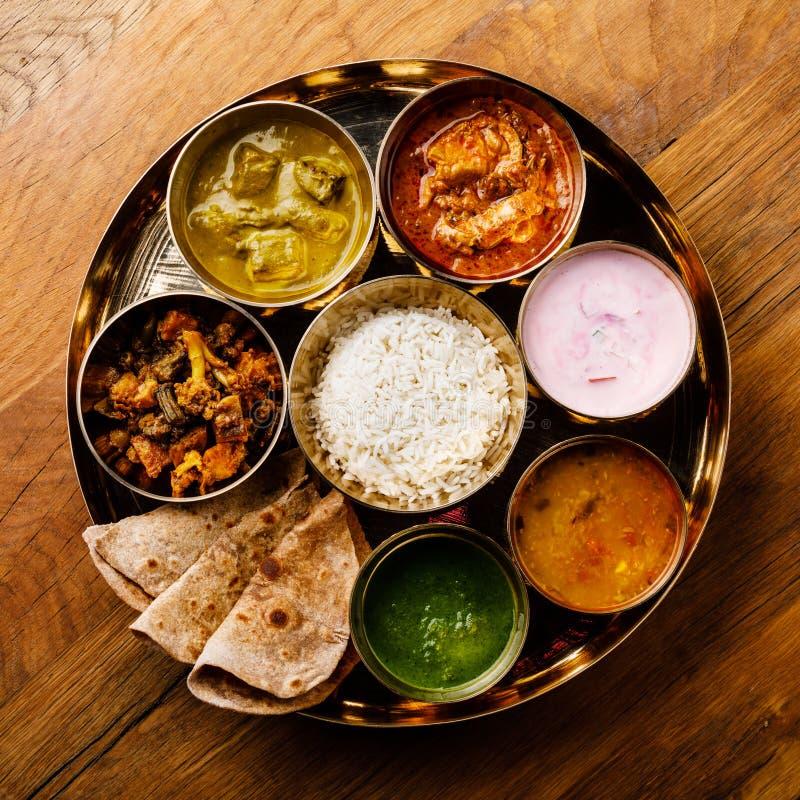 Ινδικό γεύμα ινδικός-ύφους Thali τροφίμων με το κρέας κοτόπουλου στοκ εικόνες με δικαίωμα ελεύθερης χρήσης