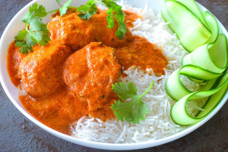 Ινδικό γεύμα - κάρρυ κοτόπουλου με το ρύζι και τη σαλάτα στοκ φωτογραφία