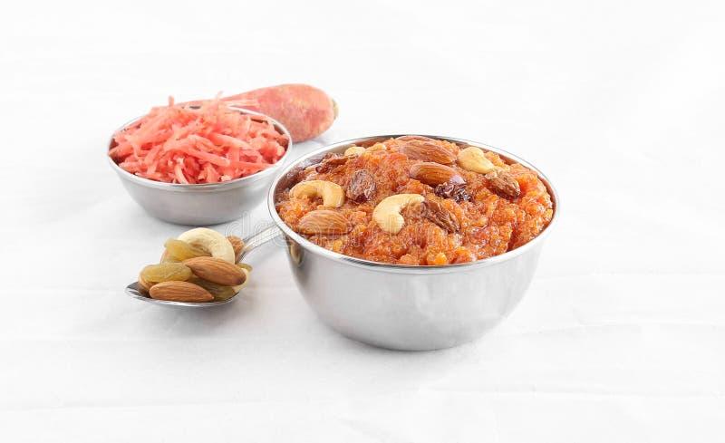 Ινδικό γλυκό πιάτο Halwa καρότων σε ένα κύπελλο χάλυβα στοκ εικόνες με δικαίωμα ελεύθερης χρήσης