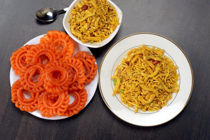 Ινδικό γλυκό Jalebi ή Imarti και Farsan ή Chivda, τοπ άποψη στοκ φωτογραφίες με δικαίωμα ελεύθερης χρήσης