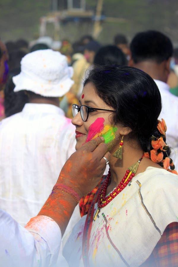Ινδικό ζεύγος που γιορτάζει Holi Πορτρέτο των πουλιών αγάπης στον εορτασμό Holi στοκ φωτογραφίες με δικαίωμα ελεύθερης χρήσης