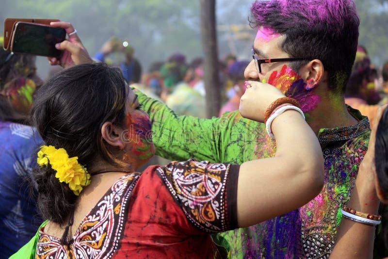 Ινδικό ζεύγος που γιορτάζει Holi στοκ εικόνα